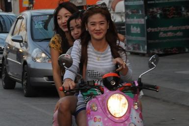 tajowie-tajlandia-bangkok-skuter-diewczyny